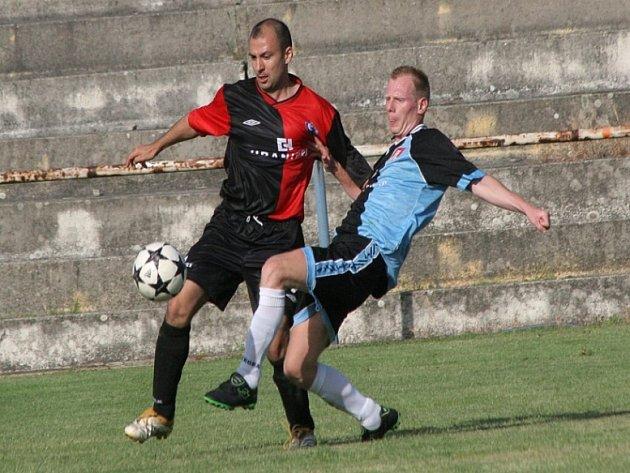 Remíza. Individuální souboj mezi humpoleckým útočníkem Vratislavem Cvachem (vlevo) a světelským obráncem Petrem Čapkem vyšel smírně. Oba vstřelili po jednom gólu, větší radost měl ale na konci zápasu Čapek.