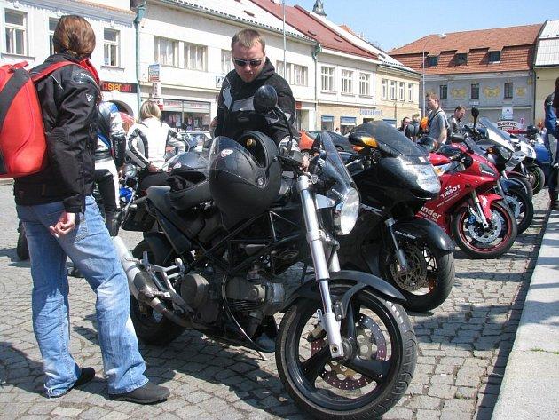 Motorkáři z celé republiky si dali v sobotu odpoledne dostaveníčko v Ledči nad Sázavou.