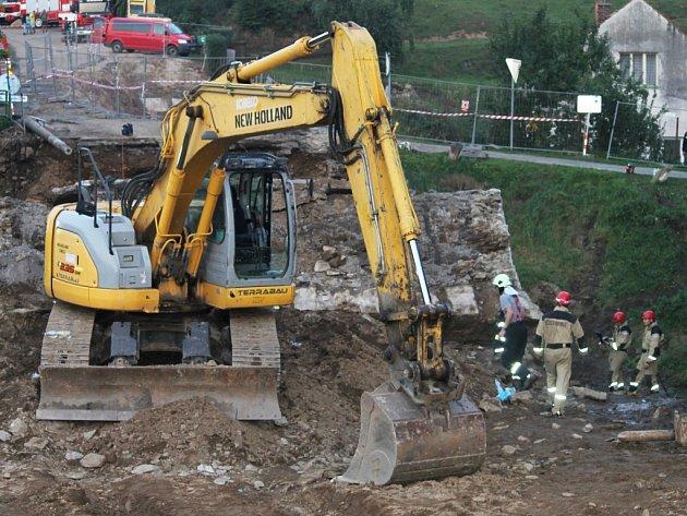 4. září 2014, záchranné práce po pádu mostu.