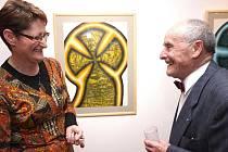 Libor Žák, nejčastější návštěvník vernisáží v Galerii vytvarného umění v Havlíčkově Brodě, vysvětluje ředitelce obrazárny, proč přišel naposledy. Hana Nováková však věří, že bývalý lékárník a znalec umění ještě přijde, byť mu již zeslábl zrak.
