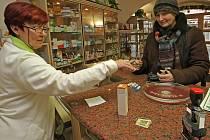 Cena léku bývá nejčastějším důvodem nespokojenosti pacientů přicházejících do lékárny s receptem, který někdy jejich peněženku pořádně provětrá, k tomu přibyly ještě regulační poplatky. Podle lékárníků ale na regulačních poplatcích lékárny nebohatnou.
