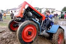 Taxis. Tak by se dal nazvat vodní příkop, v němž odvážní řidiči kutilsky vyrobených traktorů v Modlíkově ukázali sílu svých strojů i vlastní šoférskou bravuru.