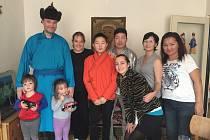 Hostitel Ganzorig si jako zpestřující program připravil tradiční mongolské oblečení, které si hosté mohli vyzkoušet. Pokud rodiny budou chtít, setkání se může znovu zopakovat.