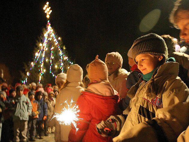 Začátek adventu prozáří prskavky, lampiony i vánoční výzdoba.