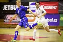 Mladý talentovaný futsalista Michal Mareš (vlevo) je už spoluhráčem svého idola Romana Mareše (vpravo) v Era–packu Chrudim.