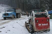 Těžká technika. Odvoz naftou kontaminované zeminy a vody z lokality Štičího rybníka nedaleko Knyku skončí za dva týdny. Na skládce prozatím skončilo 3,5 tisíce tun zeminy a 280 kubíků vody.