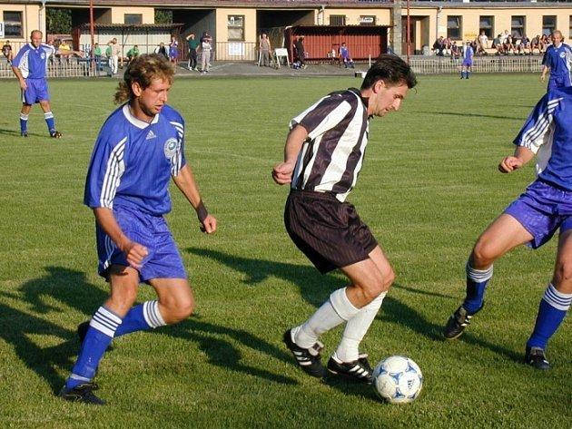 Vzali Chotěboře naději. Fotbalisté Herálce a zejména Petr Kuchta (vpravo), který jako první v utkání překonal chotěbořského brankáře, ztížil situaci Chotěboři na postup do krajského přeboru.