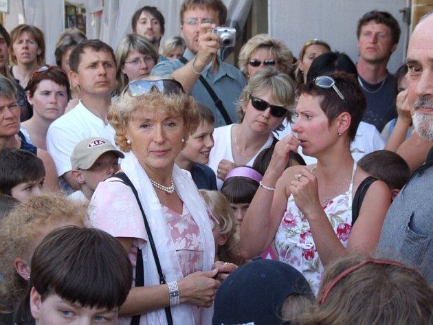 V jámě lvové. Starostka Havlíčkova Brodu Jana Fischerová přišla při květnové demonstraci rodičů proti zrušení školy mezi ně. Prokázala odvahu a snahu problém řešit, ale rodičům to nestačí. Chtějí docílit zachování školy na Žižkově.