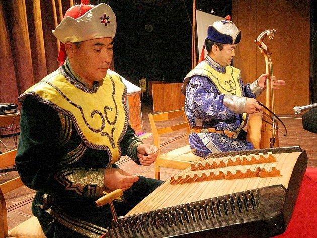 Barevná a roznanitá. Navíc pro Středoevroapa lákavě exotická. Taková je mongolská kultura, hudbou počínaje a barevnými národními kroji konče. O tom se mohli přesvědčit návštěvníci sobotního multikulturního večera v KD Ostrov.