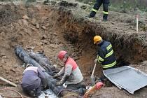 Desitky dělníků se podílejí na odstraňování následků havárie.