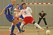 Futsalisté brodského Pramenu (v bílém Michal Mareš) ve druhé lize zatím ještě ani jednou nevyhráli. Sráži je neproměňování jasných gólových příležitostí.