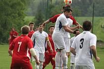 Fotbalisté Havlíčkovy Borové (v bílém) poprvé na jaře prohráli. Doma nestačili na Lučici a začínají si komplikovat cestu za postupem do I. A třídy.
