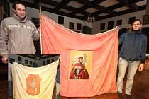 Rub a líc. Prapor má na jedné straně vyšitý znak města (menší foto), na druhé je do látky všité plátna s olejomalbou sv. Václava.