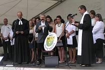 Znaku obce požehnali tři duchovní.
