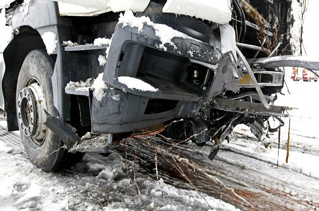 Nehoda nákladního auta se stala na průtahu obcí Skála, doprava musela být odkloněna po objízdné trase.