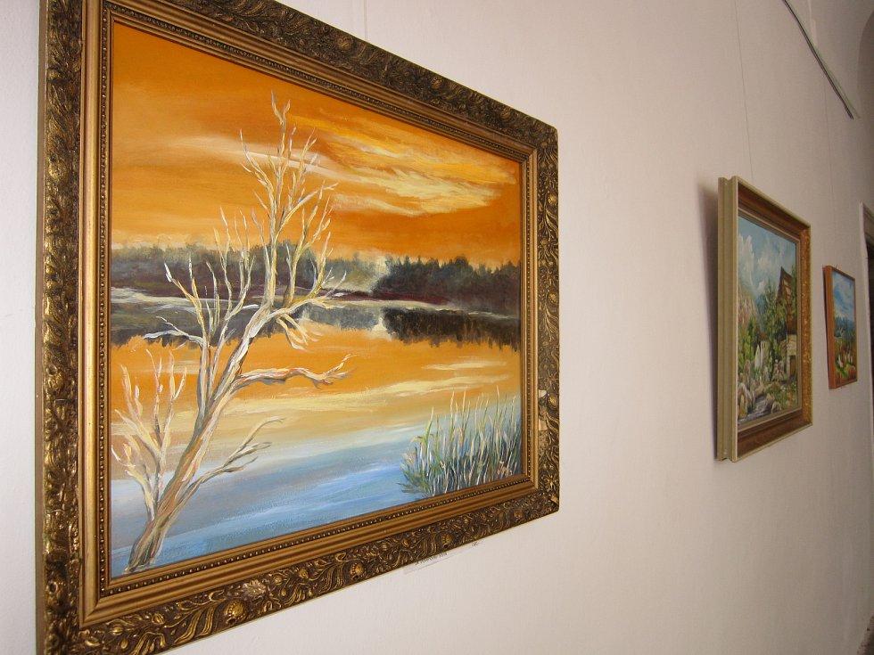Obrazy chotěbořského malíře jsou plné energie.