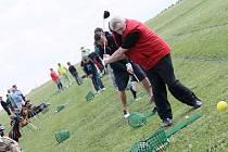 Mnoho z těch, kteří v sobotu odpoledne navštívili slavnostní otevření havlíčkobrodského golfového odpaliště, neměli dosud s tímto sportem vůbec žádné zkušenosti. Připravena byla i soutěž o nejdelší odpal.