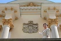 Vloni v létě představila majitelka světelského zámku Helena Degerme opravené průčelí zámku. Součástí akce byla i rekonstrukce erbu na fasádě.