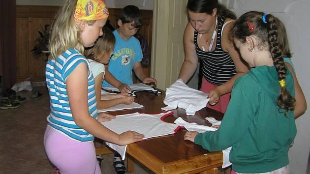 Čtvrteční dopolední program přífarního tábora v Přibyslavi se nesl ve znamení šikovných rukou.