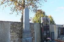I PO SMRTI SPOLU. Hrob básnířky Suzanne Renaud a Bohuslava Reynka na hřbitově ve Svatém Kříži.