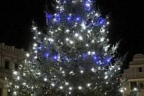 Rozsvícený vánoční strom v Havlíčkově Brodě.