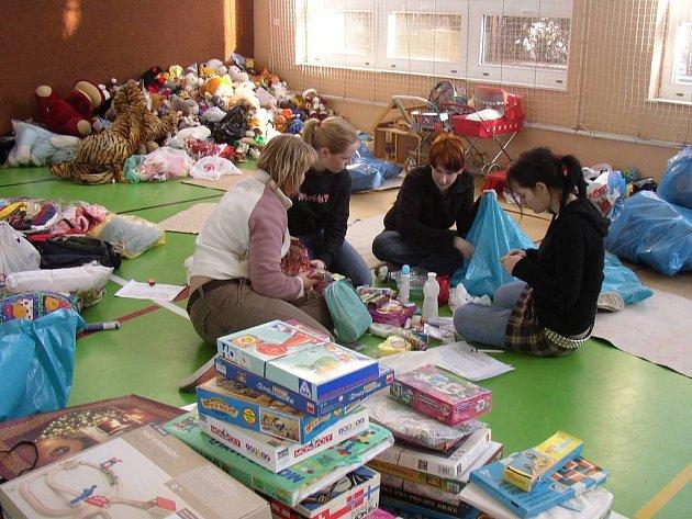 Studenti Střední zdravotnické školy v Havlíčkově Brodě hračky třídili a přidělovali konkrétním dětem a konkrétním zařízením.