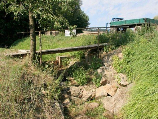Vyschlé koryto? Realita třeba v Brtnici. Takto vyschlý je jeden z přítoků řeky Brtničky v Brtnici na Jihlavsku. Korytem normálně protéká voda o hloubce do 50 centimetrů.