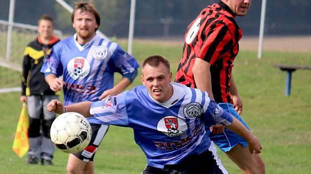 Při střelecké chuti je v poslední době českobělský středopolař Martin Klimeš (u míče v modrém), který se trefil v Leštině a v sobotu doma proti ledečské rezervě.