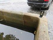Havlíčkobrodští policisté řeší dopravní nehodu při níž vozidlo bez řidiče poškodilo kašnu.