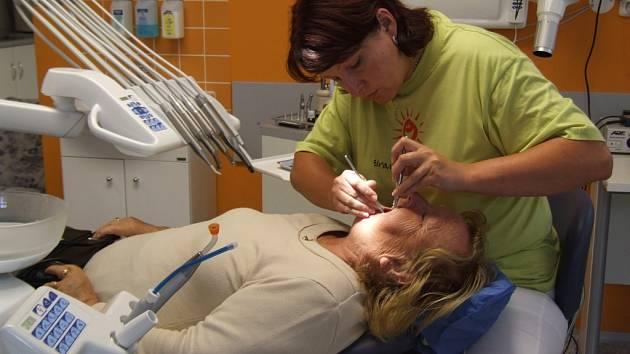 Někteří lidé musí za svým zubařem dojíždět. Absolventi lékařských fakult nestačí zaplňovat mezery po těch, kteří odcházejí do penze.