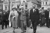 Prezident Beneš s chotí při znovuodhalení pomníku v roce 1946.