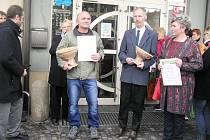Nejlepší brambory vypěstoval letos Jan Frühbauer z Dobré u Přibyslavi (třetí zprava).