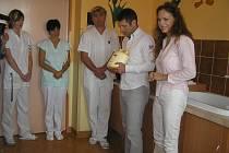 Jednu z moderních odsávaček mléka získala nemocnice už vloni, při předání přístroje asistovala dokonce známá herečka Markéta Hrubešová.
