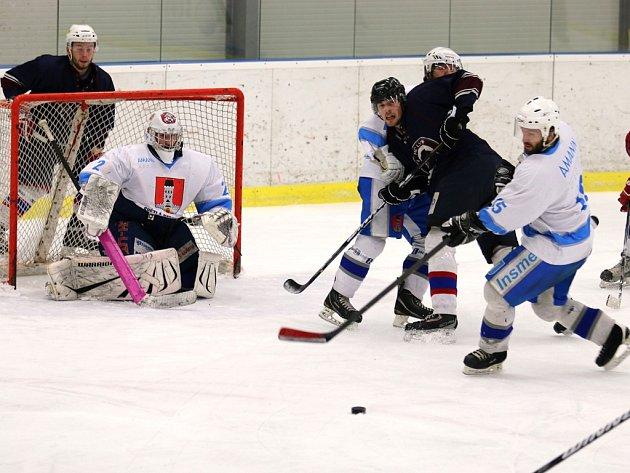 Třetí třetina nevyšla v České Třebové světelským hokejistům (v bílém), kteří prohráli těsně 4:3.