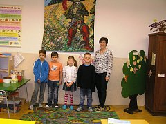 Na snímku jsou prvňáčci ze Základní a mateřské školy Uhelná Příbram s třídní učitelkou a ředitelkou Danou Smutnou. Příště představíme prvňáčky ze ZŠ a MŠ Lučice.
