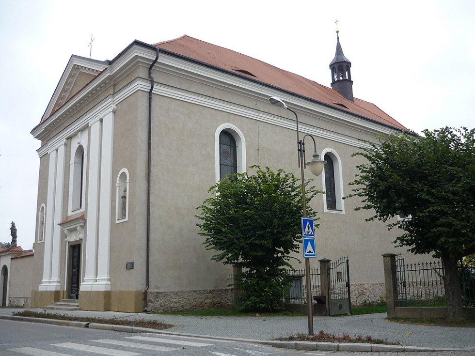 Po dlouhých sedmi letech byla dokončena celková obnova vnějšího pláště děkanského kostela sv. Františka Serafínského v Golčově Jeníkově.