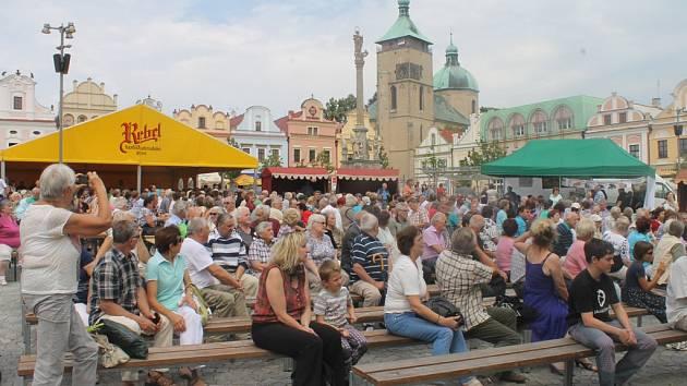 Přesně o půl třetí festival zahájily slavnostní fanfáry z ochozu věže kostela Nanebevzetí Panny Marie a publikum se muselo za tóny pěkně otočit.