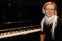 Ředitelka přibyslavské základní umělecké školy Hana Loubková si na nové piano zahrála jako první.