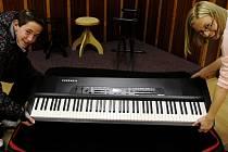 Ve škole potřebují nové piano.