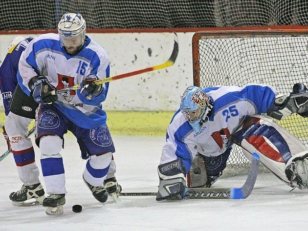 Světelští hokejisté (ve světlých dresech) potvrzují, že nemají v I. krajské hokejové lize konkurenci, v neděli přehráli Moravskou Třebovou 6:1.