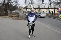 Protest. Vytrvalec Marek Řízek včera běžel ze Žďáru do Chotěboře. V neděli má být v rodném Děčíně.