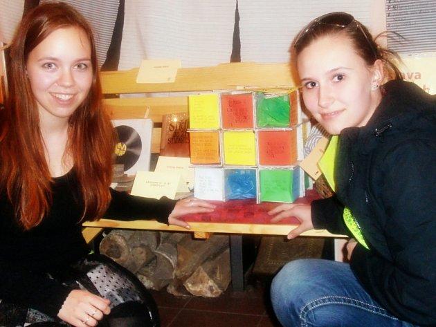 Lucie Hrochová (vlevo) s Veronikou Teclovou a se svou originálně pojatou knihou ve tvaru Rubikovy kostky.