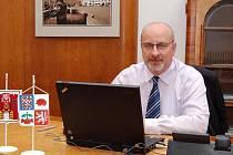 Staronový starosta a místopředseda regionálního sdružení Občanské demokratické strany. Už více jak deset let se pohybuje v politice. Od roku 2006 je členem zastupitelstva města. Už potřetí během posledních čtyř let byl zvolen starostou.