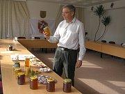 Včela med nezkazí, to dokáže jen člověk, říká inženýr Dalibor Titěra z Výzkumného ústavu včelařského v Dole.