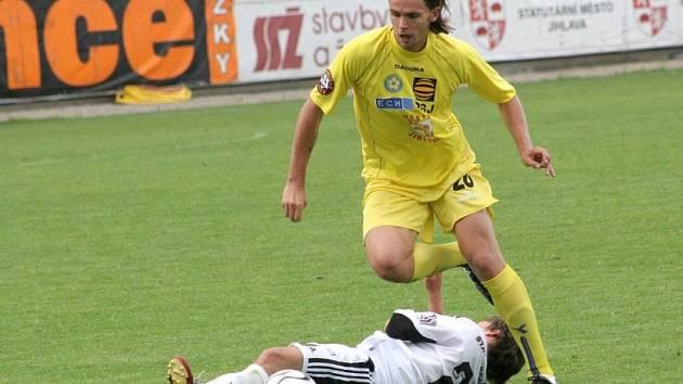 Přestoupí už teď? Je možné, že obránce Ondřej Šourek (ve žlutém) dnes zahájí přípravu opět s Jihlavou. Slavia jeho přestup totiž ještě zdárně nedotáhla.