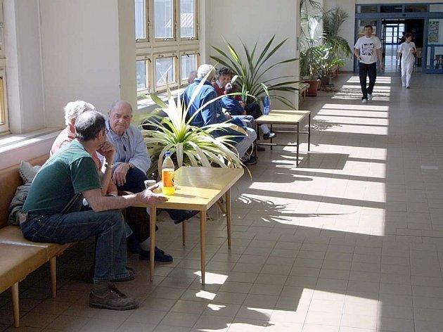 Jako ve skleníku. Slunce sálá přes okna jedné z chodeb na pacienty a návštěvníky jihlavské nemocnice. Na všech pokojích však v takových případech poslouží klimatizace nebo vzduchotechnika.