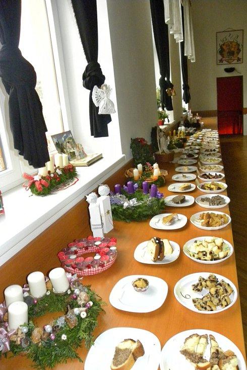 """Odpoledne bylo zahájeno kulinářskou soutěží na téma """"Bábovky a bábovičky na slano i na sladko""""."""