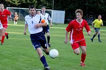 Nelítostný souboj se očekává v nedělním zápase I. A třídy mezi fotbalisty Věžnice (v bílém) a Herálcem.