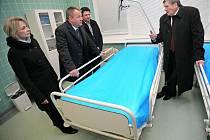 Ministr zdravotnictví Svatopluk Němeček ve čtvrtek navštívil hned tři nemocnice v Kraji Vysočina. Na snímku z pelhřimovské nemocnice hejtman Kraje Vysočina Jiří Běhounek, ředitel nemocnice Jan Mlčák a ministr Němeček (zprava).