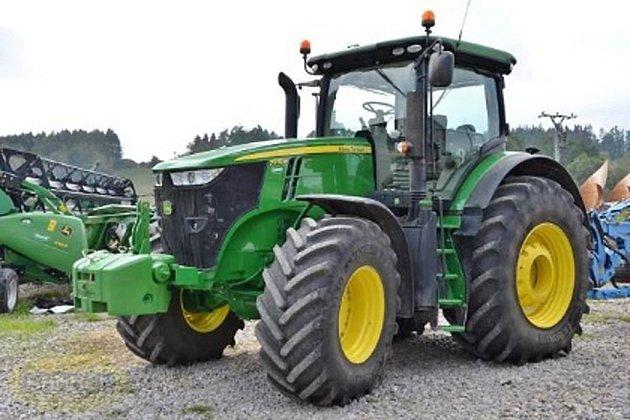 Z areálu firmy Strom v Habrech na Havlíčkobrodsku se v noci ze čtvrtka na pátek ztratily dva nové traktory značky Deere. Ilustrační foto.